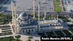 Грозныйдагы бул мечитке азыркы чечен лидери Рамзан Кадыровдун атасы Ахмат Кадыровдун ысымы берилген.