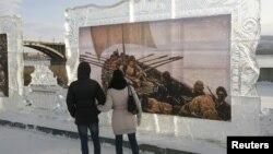 Парень и девушка смотрят на картины, представленные на выставке. Иллюстративное фото.