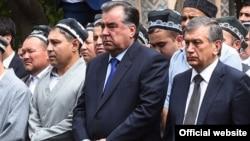 Президент Таджикистана Эмомали Рахмон и Шавкат Мирзияев, в бытность премьер-министром Узбекистана, на похоронах Ислама Каримова.
