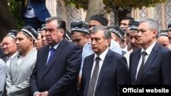 На фото (слева направо): Президент Таджикистана Эмомали Рахмон, врио президента Узбекистана Шавкат Мирзияев и первый вице-премьер Узбекистана Рустам Азимов на похоронах первого президента республики Ислама Каримова. Самарканд, 2 сентября 2016 года.