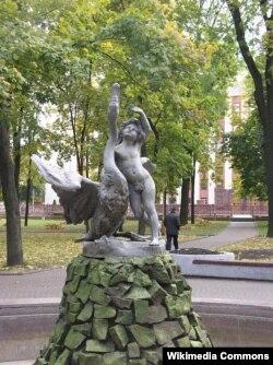 """Фантанная скульптура """"Хлопчык зь лебедзем"""" у Менску"""
