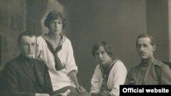 Михайло Полоз (крайній праворуч) у формі льотчика з друзями. 1915 рік
