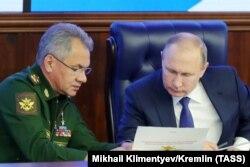 Președintele Vladimir Putin cu ministrul apărării Sergei Șoigu