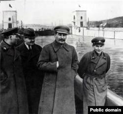 Зліва направо: Климент Ворошилов, В'ячеслав Молотов, Йосип Сталін та Микола Єжов на каналі Москва–Волга, 1937 рік