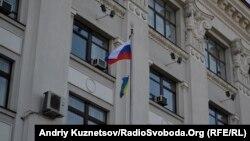 Російський прапор піднятий поряд з будівлею Луганської ОДА, 1 березня 2014 року