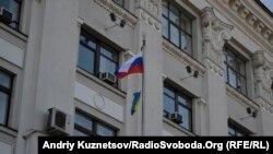 Російський прапор на щоглі поруч з Луганською облдержадміністрацією, 1 березня 2014 року