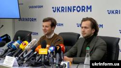 Белорусские оппозиционеры Антон Родненков (л) и Иван Кравцов (п) на пресс-конференции в Киеве, 8 сентября 2020