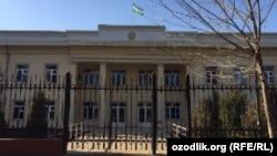 Закрытый суд по делу сотрудников Службы госбезопасности и Минобороны проходит в здании Юнусабадского районного суда по уголовным делам города Ташкента.
