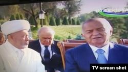 Президент Узбекистана Ислам Каримов (справа) во время посещения «Шахидлар хиёбони». 31 августа 2014 года.