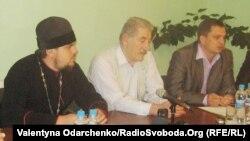 Прес-конференція Ради церков Рівного з приводу нападу на керівника єврейського товариства «Хесед Ошер». У центрі – Геннадій Фраєрман