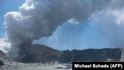 Наразі тривають пошуки ще двох людей, які перебували на острові в момент виверження