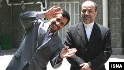 محمود احمدی نژاد در برابر دوربین خبرنگاران
