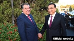 Tajik President Emomali Rahmon (left) greets Chinese Prime Minister Li Keqiang in Dushanbe late last year.