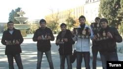 Gənclər metroda gediş haqqının artırılmasına etiraz olaraq dinc aksiya ediblər
