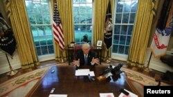 АҚШ президенті Дональд Трамп Ақ үйдегі кабинетінде. Вашингтон, 27 сәуір 2017 жыл.
