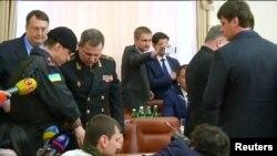 Policia duke i arrestuar dy të dyshuar në mes të mbledhjes së qeverisë së Ukrainës që transmetohej direkt në televizion