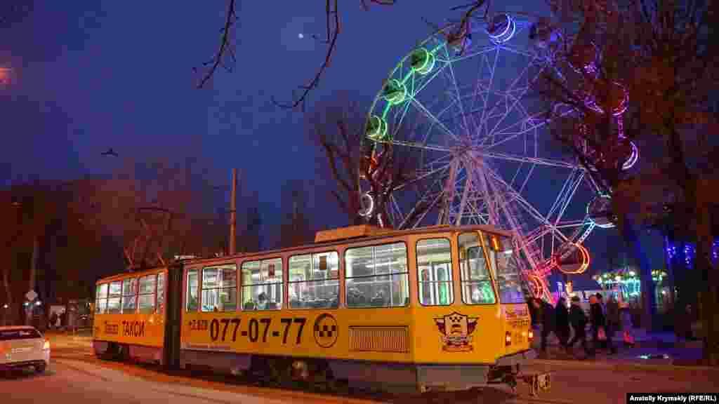 Над колесом обозрения в евпаторийском парке взошла луна. Больше фото – в фоторепортаже