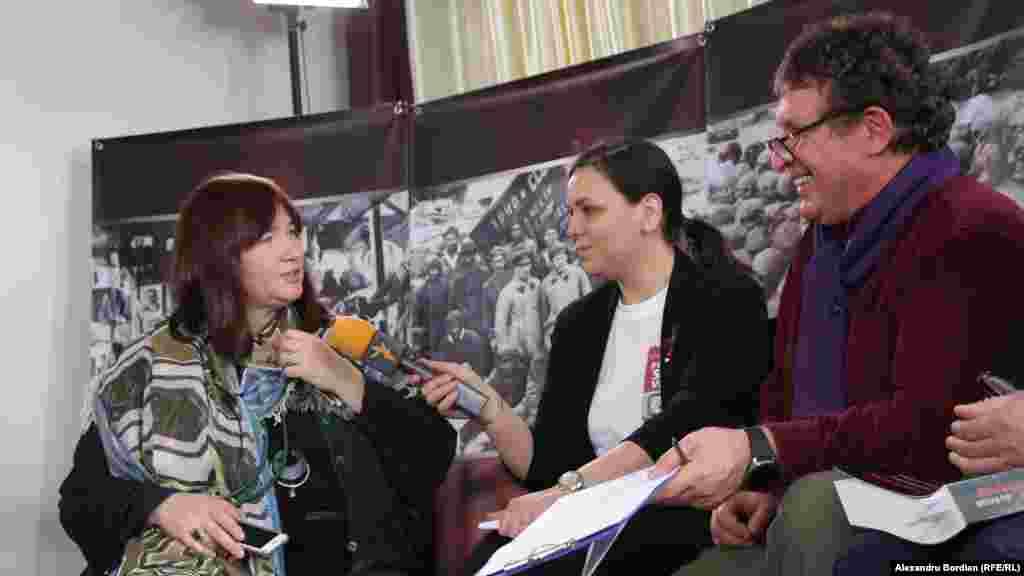 Jurnalista din Rusia stabilită în Germania, Tata Gutmacher, și moderatorii Diana Răileanu și Alexandru Canțîr