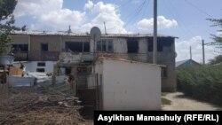 Жилой дом в Арыси, поврежденный после взрывов боеприпасов 24 июня в соседнем с городом военном хранилище. 28 июня 2019 года.