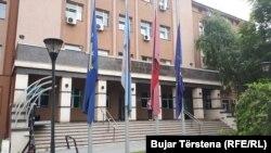 Flamujt në gjysmë-shtizë në nderim të Adem Demaçit