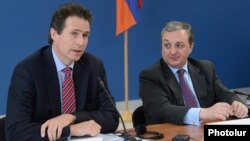 Armenia - Deputy Foreign Minister Zohrab Mnatsakanian (R) and Gunnar Wiegand, a senior EU official, at a news conference in Yerevan, 20Mar2013.
