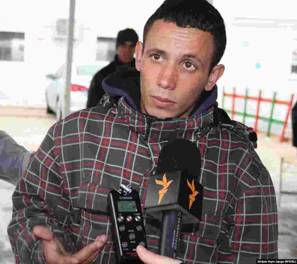 Migranti nga Algjeria, Ebu Isa, duke e ndarë tregimin e tij me Radion Evropa e Lirë
