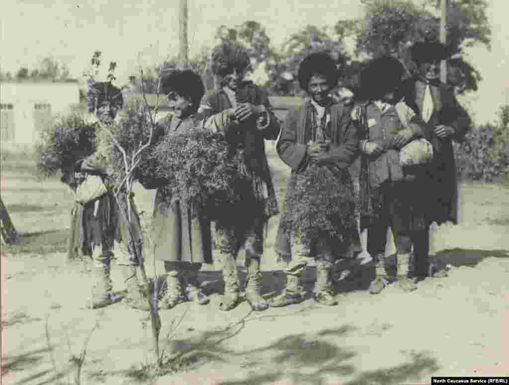 Группа детей после сбора веников.