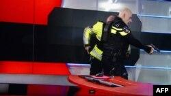 Арест нападавшего на здание телеканала NOS в Хилверсуме. 29 января 2015 года.