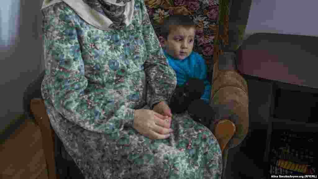 Сын Умар сидит возле бабушки – матери Энвера