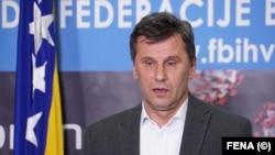 Fadil Novalić (na fotografiji) pozvao je poslanike da mu 'predlože kako da nabavi vakcine'