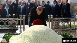 Turkish President Recep Tayyip Erdogan pays his respects to the late Uzbek President Islam Karimov in Samarkand on November 18.