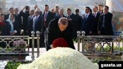 Түрк президенти Эрдоган маркум Ислам Каримовдун мүрзөсүнө гүл коюп жатат, 18-ноябрь 2016-жыл.