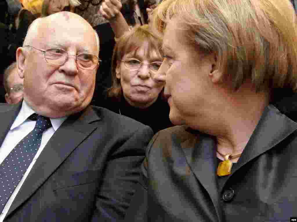 Колишній президент СРСР Михайло Горбачов і канцлер Німеччини Анґела Меркель на святкуванні на мості Борнгольмер-Брюке