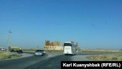 Трасса возле Шымкента — административного центра Южно-Казахстанской области. Иллюстративное фото.