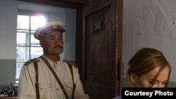 Актерлер Бақтияр Қожа мен Екатерина Редникова «Сталинге сыйлық» фильмінде. Алматы, 13 қаңтар 2009 ж.