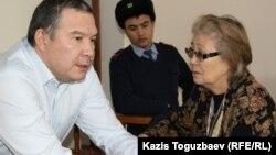 Обвиняемый в разжигании розни Серикжан Мамбеталин разговаривает в суде со своей матерью Анастасией Мамбеталиной. Алматы, 22 декабря 2015 года.