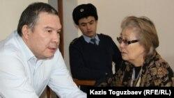 Обвиняемый в «возбуждении розни» Серикжан Мамбеталин разговаривает в суде со своей матерью. Алматы, 22 декабря 2015 года.