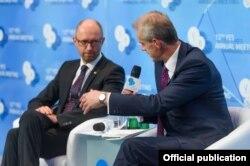 Арсеній Яценюк і Стівен Сакур на конференції YES (фото організаторів)
