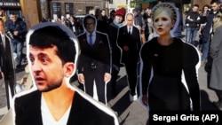 И Владимир Зеленский, и Юлия Тимошенко баллотировались на президентских выборах. Тогда их фигуры появились на одной из центральных киевских улиц
