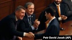 Спикер палаты представителей Конгресса США Пол Райан обменивается рукопожатием с премьер-министром Чехии Андреем Бабишем.