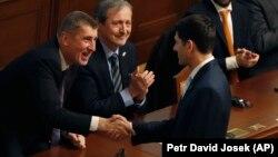 Спикер палаты представителей Конгресса США Пол Райан обменивается рукопожатием с премьер-министром Чехии Андреем Бабишем