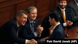Спикер палаты представителей конгресса США Пол Райан обменивается рукопожатием с премьер-министром Чехии Андреем Бабишем. Прага, 27 марта 2018 года.