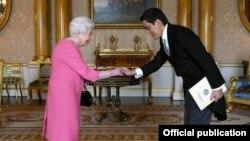 Кыргызстандын Британиядагы элчиси Эдил Байсалов британ ханышасы Елизавета II менен.