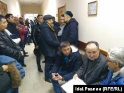 Мәхкәмә коридорында, уңнан: Вәлиәхмәт Бәдретдинов, Гарифулла Яппаров, Фаил Алчынов