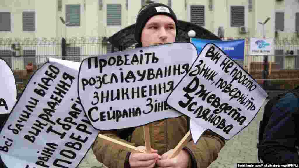 Камера видеонаблюдения зафиксировала, как двое людей в форме российских дорожных инспекторов остановили машину Ибрагимова и затащили его в свой микроавтобус.