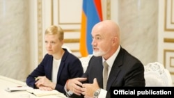 Armenia -- Senior Ryanair executives, David O'Brien (R) and Kate Sherry, meet with Armenian Prime Minister Nikol Pashinian, Yerevan, August 21, 2019.