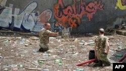 Мажи ја чистат зоолошката градина по поплавите во Тбилиси.