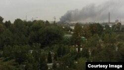 После взрыва на заводе «Навоиазот» начался пожар. Фото сделано источником «Озодлик» в Навоийской области.