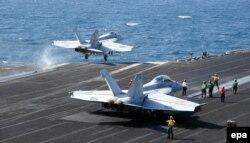 """Американские истребители-бомбардировщики F-15 с авианосца George W. Bush, участвующие в атаках позиций """"Исламского государства"""""""