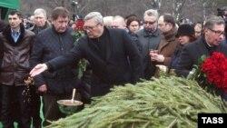 Михаил Касьянов на могиле Немцова